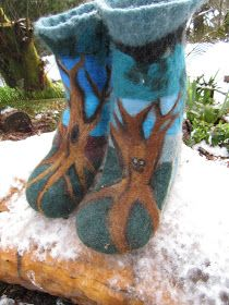 Mystic Orb: How to MakeThe Coolest Wool Boots Ever, Easily, needle felted wool from an old sweater plus roving wool for decorations Wet Felting, Needle Felting, Wooly Bully, Felt Boots, Felted Wool Crafts, Felted Slippers, Felting Tutorials, Felt Hearts, Tejidos