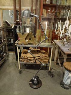 Gammel fransk industri lampe af mærket Jielde Lyon, designet af Jean Louis Domecq i 1950'erne. Denne model har 4 led/arme. Meget rå i udtrykket og giver et perfekt lys som standerlampe.Max højde 175 cm
