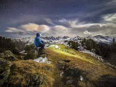 La luce della luna sulle cime innevate in questo Selfie ad alta quota nelle Alpi tirolesi.