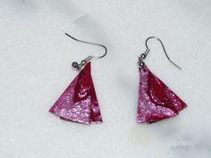 Boucles d'oreille triangles polymère tons rouge grenat, bordeaux avec éclats d'argent : Boucles d'oreille par marienocreations