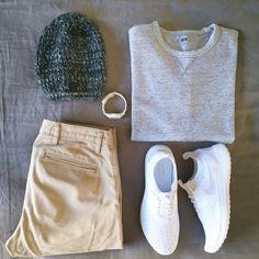 Outfit che amiamo con sneakers total white con le Nike Juvenate, felpa grigia, cappello e orologio! Adoriamo!