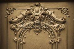 Puerta con grabado de madera