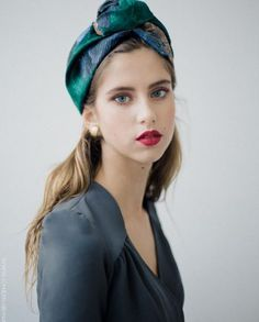 Love this turban. Winter Mode Outfits, Winter Fashion Outfits, Trendy Fashion, Autumn Fashion, Fashion Trends, Fascinator Headband, Turban Headbands, Turban Mode, Head Turban