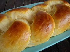 Tα πιο εύκολα και ξεκούραστα τσουρέκια που φτιάξατε ποτέ. Αρωματικά, αφράτα, με ίνες και τόσο φρέσκα ακόμη και δέκα μέρες μετά. Ο αρτοπαρασκευαστής κάνει όλη Sweet Buns, Sweet Pie, Sweet Bread, Bread Machine Recipes, Vegan, Greek Recipes, Dessert Recipes, Desserts, Hot Dog Buns