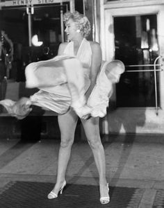 Marilyn Monroe posing for the famous picture to represent The Seven Year Itch. The picture lit the fuse that ended her marriage to Joe DiMaggio Brigitte Bardot, Classic Hollywood, Old Hollywood, Black White Photos, Black And White, Greta, Pose, Joe Dimaggio, Marilyn Monroe Photos