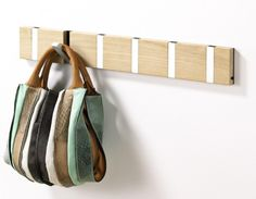 I Like this bag! It seems to be made of wide leather strips. No instructions.