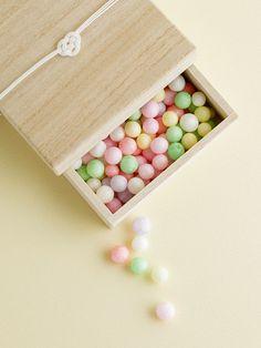 *Japanese sweets in wooden box 桐箱入りおいり Japanese Snacks, Japanese Candy, Japanese Sweets, Japanese Food, Japanese Design, Matcha, Japanese Wagashi, Kawaii Dessert, Japanese Wedding