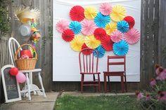 a pretty cool life.: diy: make a paper fan photo backdrop for your backyard party Diy Photo Booth Props, Diy Photo Backdrop, Diy Wedding Backdrop, Photo Backdrops, Backdrop Ideas, Photo Booths, Photobooth Background, Diy Fotokabine, Easy Diy