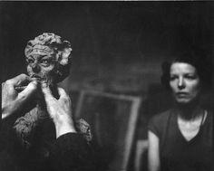 Giacometti at work by Franco Cianetti: Alberto Giacometti arbeitet vor dem Modell an einer Büste von Annette, Paris, 1962.