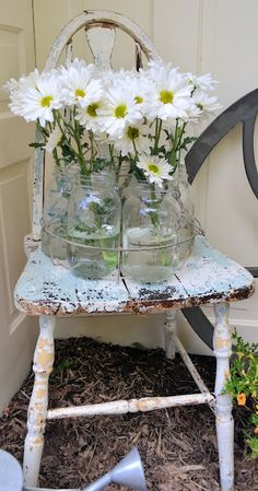 farmhouse fresh LoVe the Vignette... White & ChiPPy w/Fresh Flowers... Shabby Chic Outdoor Decor, Shabby Chic Chairs, Shabby Chic Porch, Decoration Shabby, Shabby Chic Style, Shabby Chic Homes, Shabby Flowers, Fresh Flowers, Beautiful Flowers