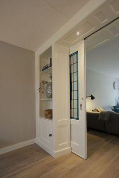 Detalj skyvedør og skap i rom og suite fra - Lilly is Love Room Partition Designs, Room Divider Doors, Interior Barn Doors, Home Living Room, Home Remodeling, Sweet Home, New Homes, Interior Design, Home Decor
