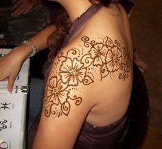 Henna Shoulder Tattoo http://tattooideasmag.net/henna-tattoo/henna-shoulder-tattoo/ #hennashouldertattoo