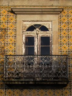 Raampartij in Noord-Portugees huis dat volledig is afgewerkt met Portugese tegeltjes