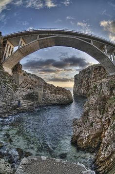 Un ponte, il Ponte Ciolo, che affascina, per laltezza impressionante e per i tuffatori audaci che osano lanciarsi a peso morto nel mare sottostante. http://www.nelsalento.com  #italy