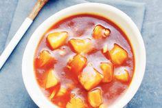 Zoetzure saus met gember, knoflook, ketchup, azijn, sojasaus en ananasstukjes.