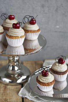 Cola-kirsikka-kuppikakut Mini Cupcakes, Desserts, Food, Tailgate Desserts, Deserts, Essen, Postres, Meals, Dessert