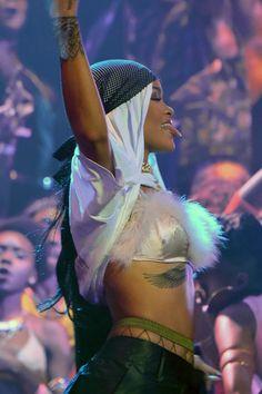 rihanna, vmas, and riri image Gangsta Girl, Fille Gangsta, Rihanna Mode, Rihanna Riri, Rihanna Style, Saint Michael, Rihanna Looks, Bad Girl Aesthetic, Bad Gal