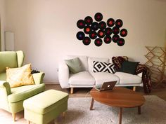 Gemütliches Wohnzimmer mit Wanddeko aus alten Schallplatten. #Wohnzimmer #Vinyl #Deko