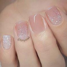 Unhas claras, unhas básicas, unhas delicadas, unhas perfeitas, unha decorada com pedras Fancy Nails, Pretty Nails, Gorgeous Nails, Classy Nails, Nice Nails, Elegant Nails, Cute Gel Nails, Pretty Toes, Fabulous Nails