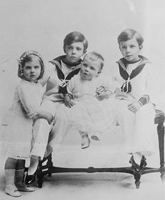 """The children of Crown Prince Gustaf Adolf of Sweden in 1915: Princess Ingrid (*1910), Prince Gustaf Adolf  """"Edmund"""" (*1906), Prince Bertil (*1912) and Prince Sigvard (*1907). The youngest son Prince Carl Johan was born in 1916."""