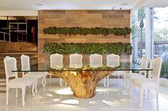 Os brutos também podem ser sofisticados! Mesa de jantar de base de tronco de árvore rústica e tampo de vidro. #estilorústico #decoraçãorústica #rusticstyle #rústico #mesarústica #saladejantar #madeira #interiorstyling #interiordecor #rústicourbano #rústicomoderno #peçaslindas #designdeinteriores #arquiteturadeinteriores #decorarfazbem #comprardecoracao #carrodemola #bomgosto.