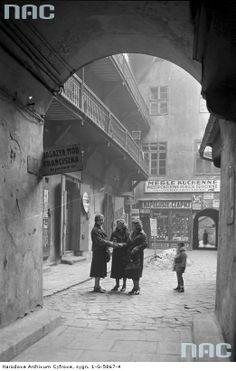Warsaw a courtyard at Nalewki Street, Jewish district Poland Ww2, Warsaw Poland, Old Photos, Vintage Photos, Warsaw Ghetto, Turkish Design, Old Photography, World Pictures, Krakow