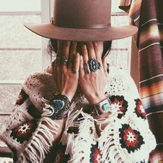 Boho chic outfit, hippie fashion ideas Hippie Style, Bohemian Style, Boho Chic, Boho Fashion Winter, Hippie Fashion, Bohemian Tops, Boho Outfits, Turquoise Accessories, Turquoise Jewelry