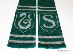 Show off your Slytherin spirit with this reversible, thick Hogwarts scarf knitting pattern inspired by the Harry Potter house! Harry Potter Scarf, Harry Potter Crochet, Harry Potter Items, Crochet Crafts, Crochet Projects, Free Crochet, Knit Crochet, Craft Projects, Knitting Help