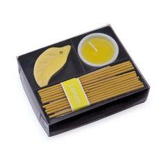 Wierook en kaars setje citroen. Een leuk en voordelig geschenksetje bestaande uit een setje wierook en een geurkaarsje in frisse citroen geur. Formaat wierook setje is ongeveer 11 x 3 x 9 cm.