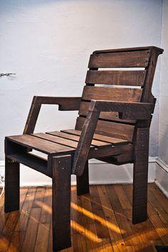 Chaise du capitaine palette fait de vieux palettes d'expédition. Principalement de chêne avec quelques planches d'érable doux dans le reste du dos. Poncé et teinté brun foncé, cette chaise est un peu plus large que mes autres versions. Et il a un endroit pour mettre vos bras.  L'assise est de 20,5 W x 17,5 «L avec une hauteur de 17,5». La hauteur du dossier est de 36 , et la hauteur de bras est de 25,5»  ** S'il vous plaît note **: je vais le livrer à vous si vous habitez dans la région…