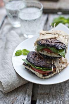 Hamburguesa de hongos portobello, pollo y espinaca.   16 Sándwiches sin pan que sí querrás comer