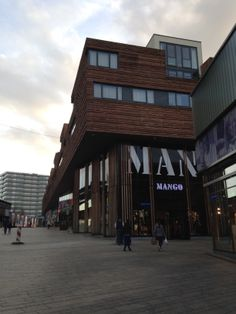 Een mooie gevel reclame van Mango die opgaat in de architectuur van de huizen boven het winkel pand. Het zwakke aan de uiting is dat het niet duidelijk is dat het om een kleding merk gaat