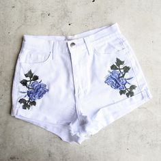high waisted shredded hot shorts with floral applique - white from shophearts. Saved to clothes. Hot Shorts, Hot Pants, Denim Shorts, Seersucker Shorts, Mode Outfits, Girl Outfits, Fashion Outfits, Shopping Outfits, Ellesse