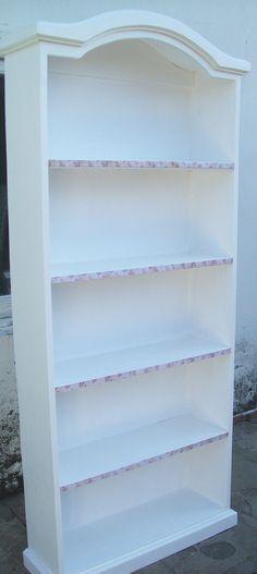 Biblioteca especial blanco pleno. con detalles decorativos en frente de estante.