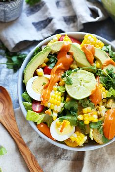 Grilled corn, juicy tomatoes, crunchy romain and smokey paprika aioli make this Southwestern Grilled Corn Salad an absolute summer flavor powerhouse. It's funny, every summer it's like I've forgott… Easy Vegetarian Dinner, Vegetarian Recipes Easy, Healthy Salad Recipes, New Recipes, Healthy Snacks, Grilled Corn Salad, Avocado Quinoa, Corn Salads, Breakfast Bowls