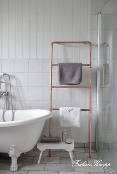 New Ideas diy bathroom rack tubs Copper Bathroom, White Bathroom, Small Bathroom, Bathroom Ideas, Downstairs Bathroom, Bad Inspiration, Bathroom Inspiration, Bathroom Accents, Towel Rail
