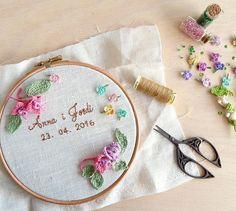 Floral Crochet and Embroidery Art Hoop. Porta alianzas bastidor bordado a mano. Work in progress www.arorua.es