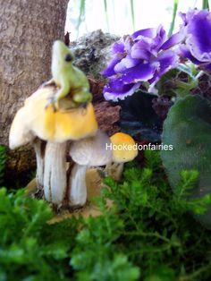Miniature Fairy Garden Frog on Mushrooms 4347 | eBay