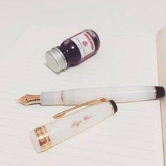 すべて「中細字(H-MF)」のペン先で丁度よい太さの線が日常使いにぴったりです。贈り物にも喜ばれそうです。ペン先は金ペンで、カートリッジインク(インクが入っている詰め替え芯)もコンバーター(インク瓶からインクを吸い上げるパーツ)の両方に対応しています。