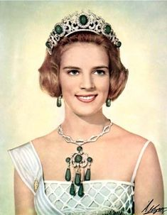 Princess Anne-Marie of Denmark, Queen Consort of the Hellenes and wife of King Constantine II, wearing the Emerald Parure Tiara, Greece made by Cartier; Royal Crowns, Royal Tiaras, Crown Royal, Tiaras And Crowns, Greek Royalty, Greek Royal Family, Loose Emeralds, Estilo Real, Emerald Pendant