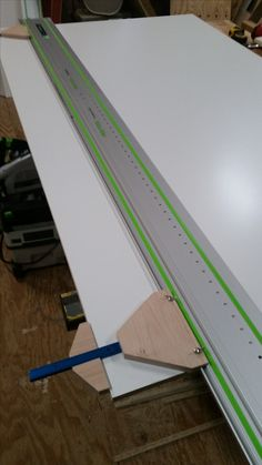Homemade guide rail parallel jig intended to facilitate the process of cutting melamine sheets. Constructed from maple, T-track, and hardware. Woodworking Jigsaw, Woodworking Skills, Woodworking Shop, Woodworking Crafts, Woodworking Plans, Woodworking Furniture, Festool Tools, Serra Circular, Old Tools