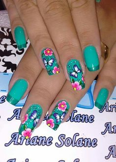 Verde nail art fiori e farfalle