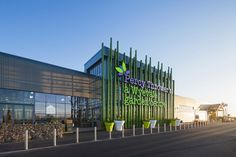 Wyevale Garden Center by Dalziel & Pow, Shrewsbury – UK Built from the ground up, the store in Shrewsbury features a dedicated education and service hub, The Greenhouse, where customers can browse a library of garden-related books, attend talks and watch demonstrations.