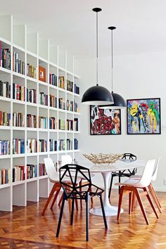 Pendent lighting & large bookcase in dining room Small Space Interior Design, Interior Design Living Room, Kitchen Interior, Bookshelf Design, Bookshelves, Casa Milano, Large Bookcase, Salons Cosy, Dinner Room