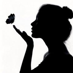 silhouette of lady blowing on butterflies Cool Art Drawings, Pencil Art Drawings, Art Drawings Sketches, Silhouette Face, Couple Silhouette, Shadow Silhouette, Wm Logo, Shadow Painting, Foto Portrait