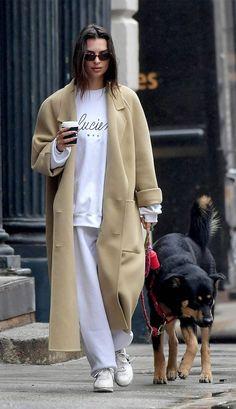 Seasonal Celebrity Style – Sweatpant Outfits – Emily Ratajkowski - 9 Celebs Who Know How to Make Sweatpants Look Cute Emily Ratajkowski Style, Star Fashion, Look Fashion, Fashion Tips, Bcbg, Oufits Casual, Sweatpants Outfit, All Black Looks, Nyc