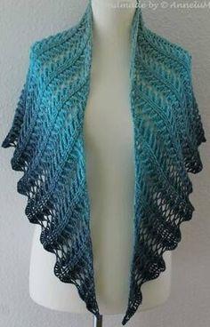 and another new cloth from Jasmin Räsänen Laurelin . and another new cloth from Jasmin Räsänen One Skein Crochet, Crochet Shawl Free, Crochet Shawls And Wraps, Single Crochet Stitch, Crochet Scarves, Crochet Clothes, Crochet Lace, Crochet Stitches, Triangle En Crochet