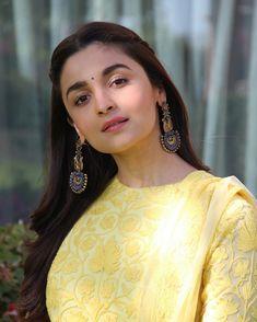 Alia Bhatt looks absolutely gorgeous💛💛💛💛 Beautiful Bollywood Actress, Beautiful Indian Actress, Beautiful Actresses, Bollywood Celebrities, Bollywood Fashion, Bollywood Stars, Alia Bhatt Hairstyles, Alia Bhatt Photoshoot, Aalia Bhatt