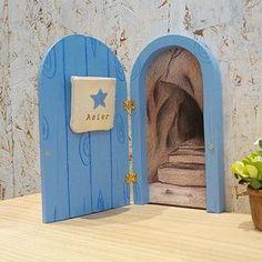 Puertas ratoncito Pérez se abren con saquito para diente leche Cd Diy, Fairy Crafts, Tooth Fairy, Fairy Houses, Projects For Kids, Christmas Holidays, Dental, Scrap, Doors