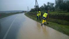 Gruppo comunale della Protezione Civile all'opera sulla provinciale Tuscanese, nella serata del 10 novembre, per far defluire l'acqua che aveva invaso la corsia in direzione di Tarquinia, al km. 18. L'intervento è stato coordinato dalla Polizia Locale. .